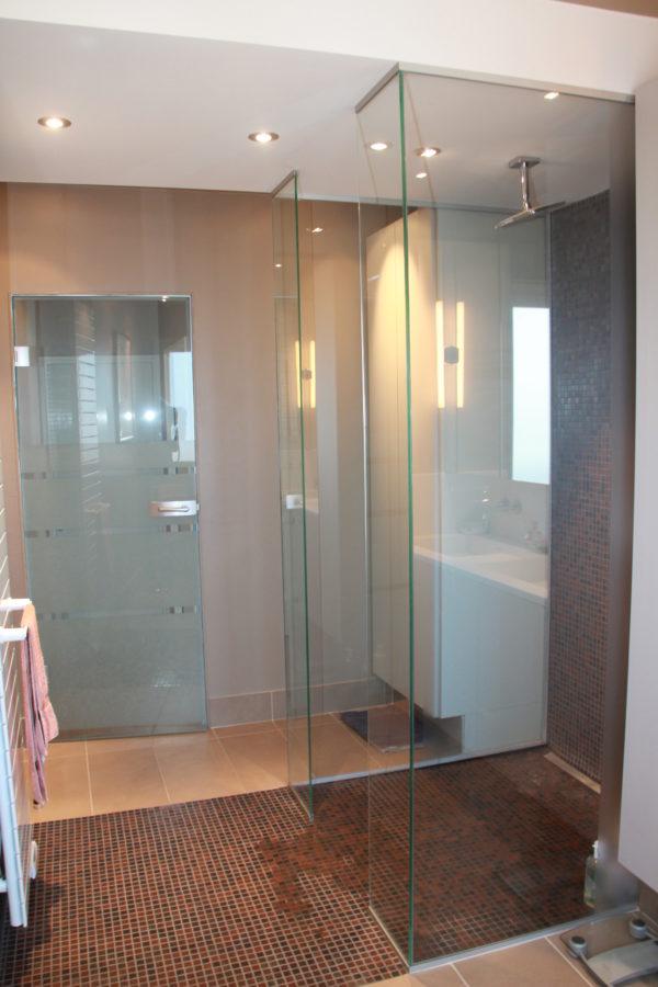 paroi et porte de douche en verre. Black Bedroom Furniture Sets. Home Design Ideas