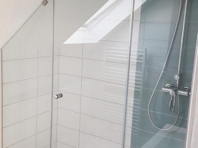 Pare douche en verre sous pente