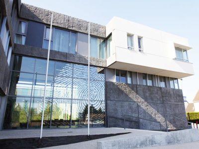 facade en verre feuillete avec insertion de films metallisés