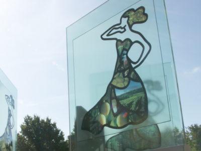 Totem en verre pour exposition culturelle
