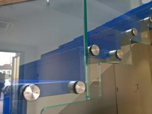 garde-corps en verre pour escalier fixation par points
