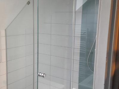 Pare-douche en verre sous pente