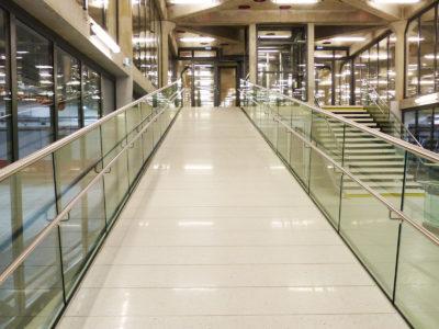 rampe en verre lieu public