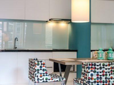 crédence de cuisine en verre laqué coloré