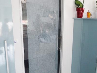 installation porte en verre coulissante