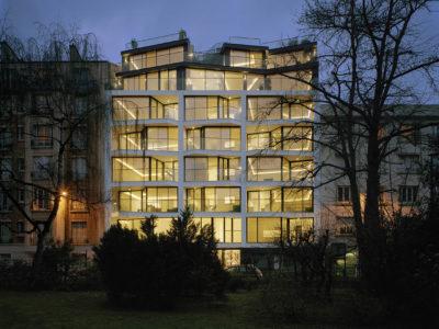 Garde-corps en verre sur immeuble de logements