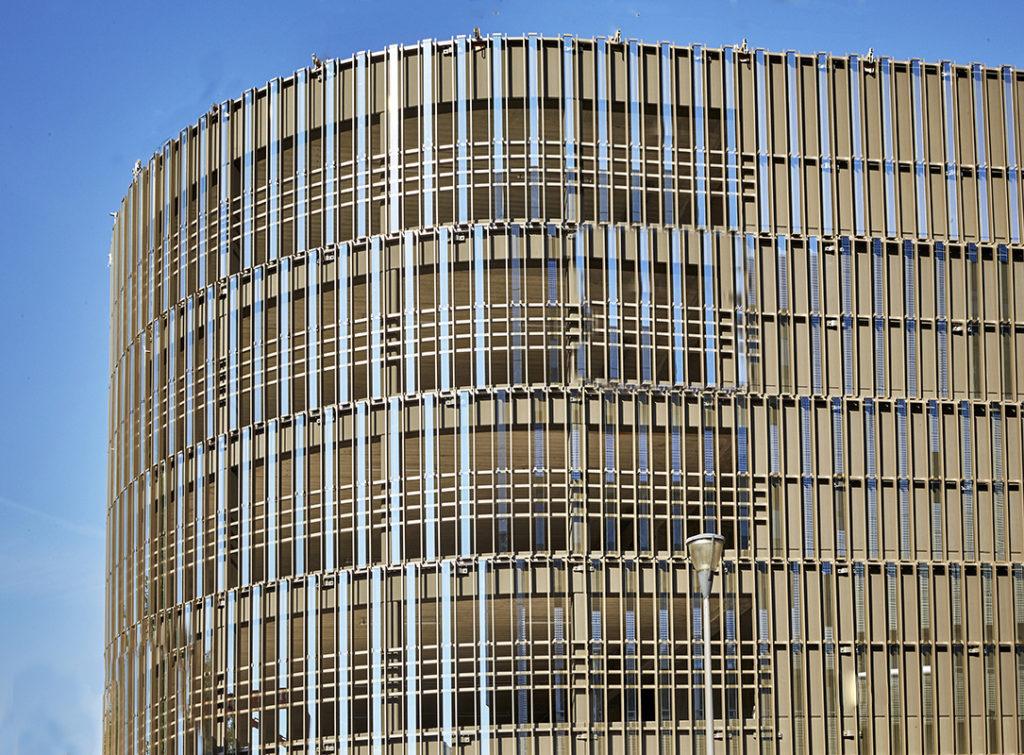Brise-soleil en verre pour façade